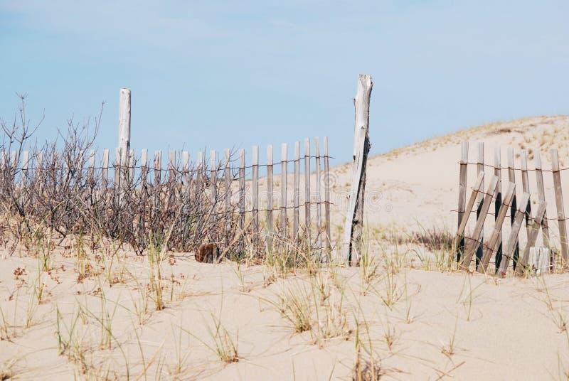 Recinto di legno rotto sulla spiaggia fotografia stock