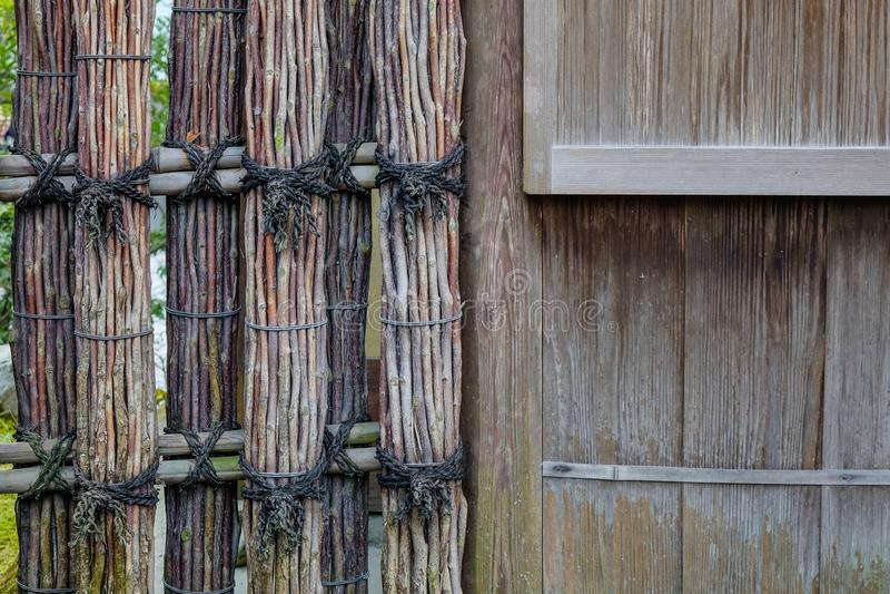 Recinto di legno di un santuario shintoista antico fotografia stock libera da diritti