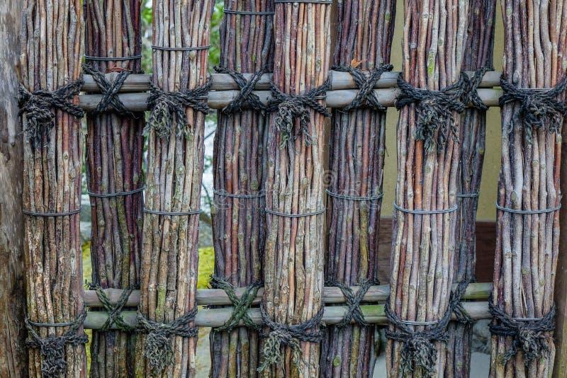 Recinto di legno di un santuario shintoista antico immagini stock