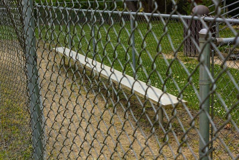 recinto e banco al campo di baseball al parco immagini stock
