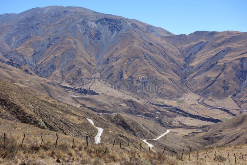 Recinto, strada pericolosa e grande montagna - salta, argentina fotografia stock