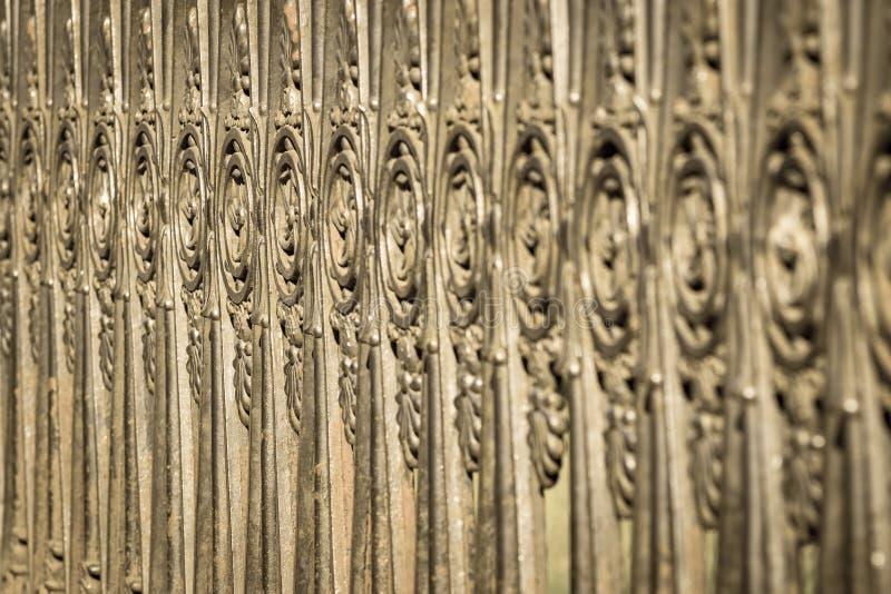 Download Recinzione Antica Dall'acciaio Vecchio Di Colore Bronzeo Fotografia Stock - Immagine di spazio, recinzione: 56876932