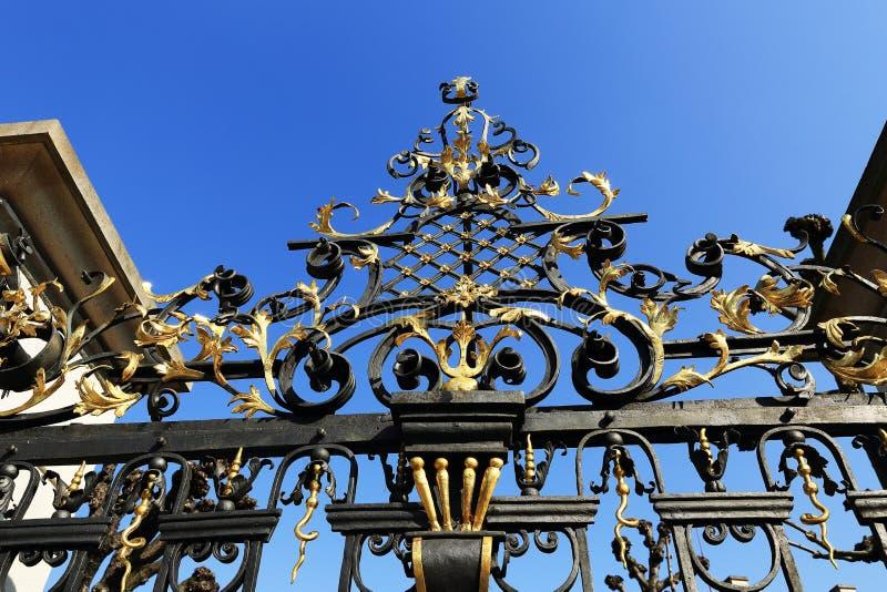 Recinzione ornamentale dell'industria siderurgica dei giardini del castello di Praga, Praga, repubblica Ceca immagini stock