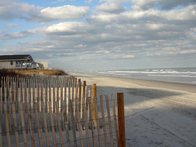 Recinzione protettiva alla spiaggia di Wrightsville al crepuscolo fotografia stock