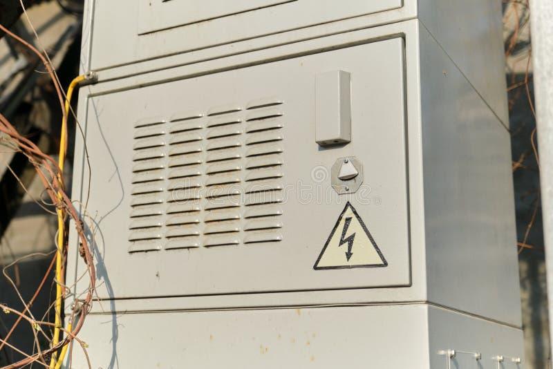 Recinzioni elettriche d'acciaio grige del pannello del centralino all'aperto immagine stock
