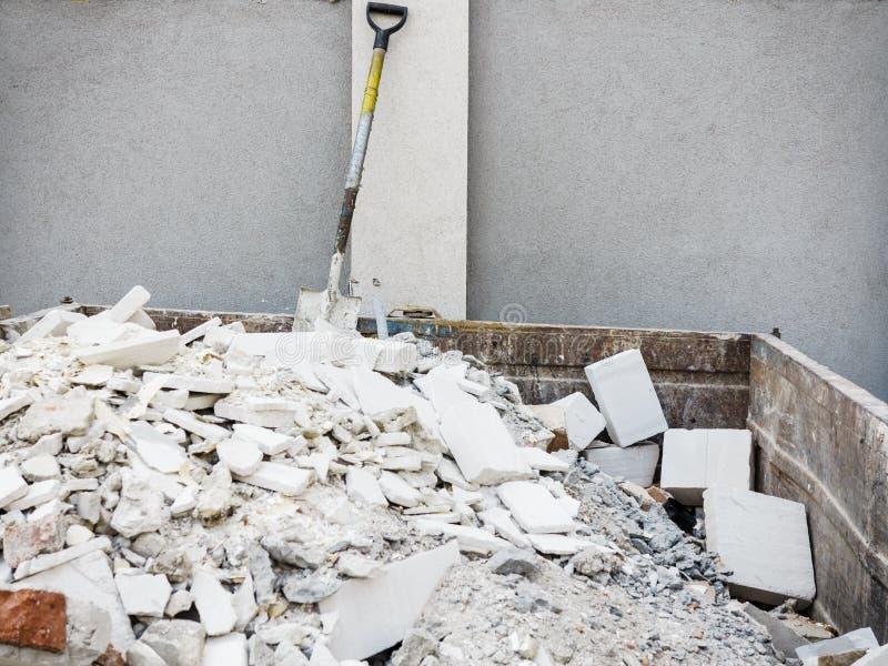 Recipiente completo dos restos do desperdício da construção fotografia de stock