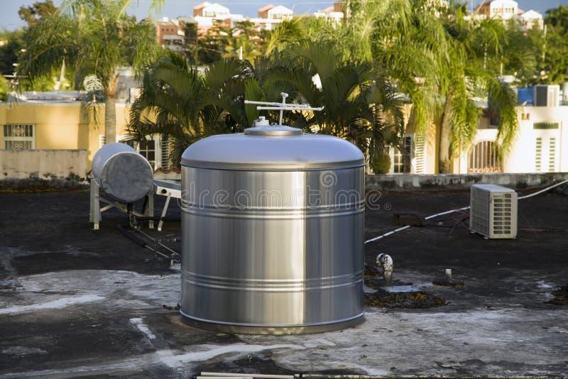 Recipiente de almacenamiento para agua en el techo del hogar Bayamon Puerto Rico imágenes de archivo libres de regalías