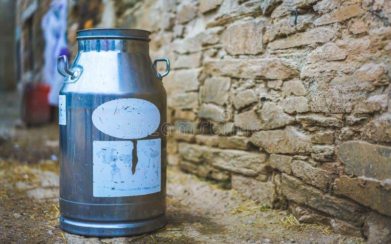 Recipiente de armazenamento fresco do leite do metal imagens de stock