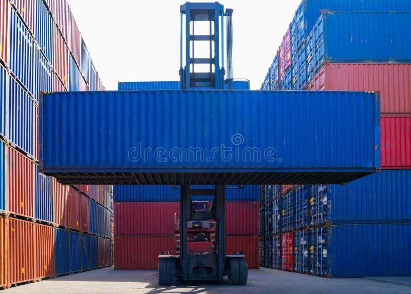 Recipiente de carga de levantamento do caminhão de empilhadeira na jarda de envio ou na jarda da doca contra o céu do nascer do s imagens de stock royalty free