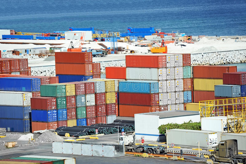 Recipiente de carga no porto imagens de stock royalty free