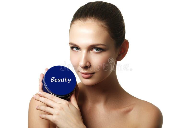 Recipiente de creme cosmético nas mãos da mulher Mão fêmea com creme fotos de stock royalty free