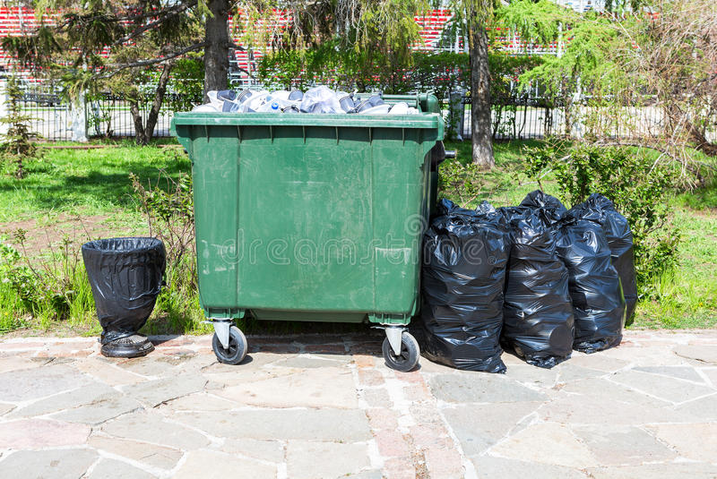 Recipiente de reciclagem plástico verde aberto com lixo fotos de stock royalty free