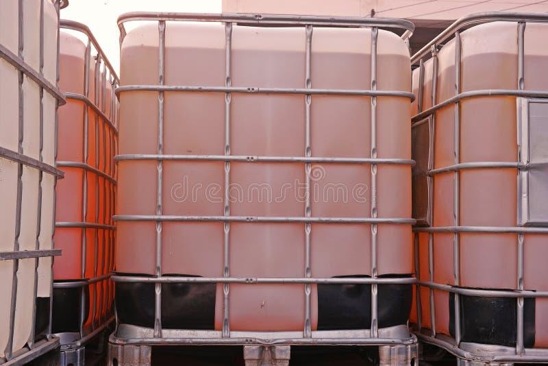Recipiente de tamaño grande para el solvente y la sustancia química líquidos imagenes de archivo