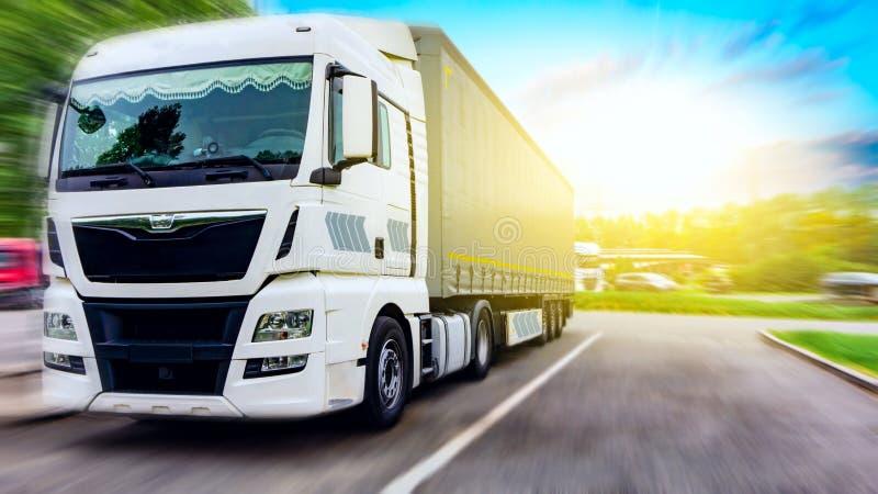 Recipiente de transporte do caminhão Caminhão na estrada foto de stock royalty free