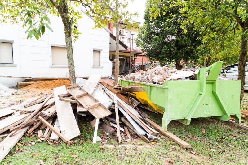 Recipiente dei rifiuti della costruzione con i carichi al cantiere fotografia stock libera da diritti