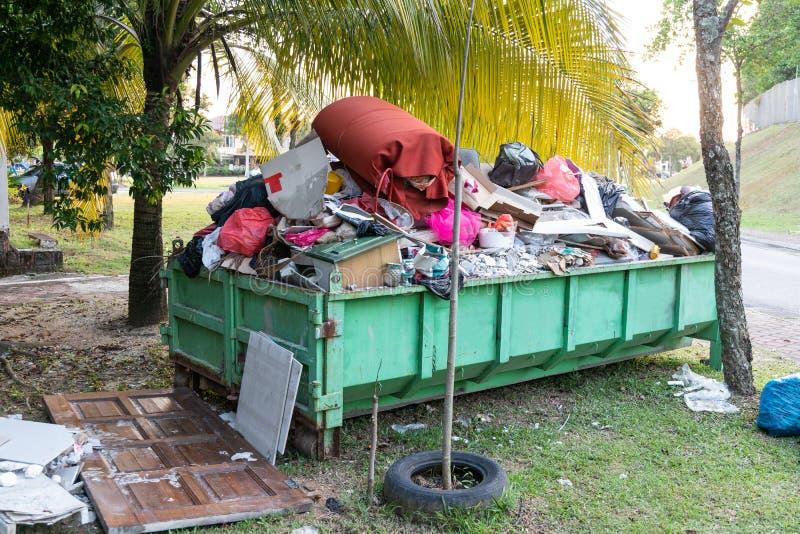 Recipiente del bidone della spazzatura dei rifiuti di rimozione con il carico di materiale per disposizione fotografia stock libera da diritti
