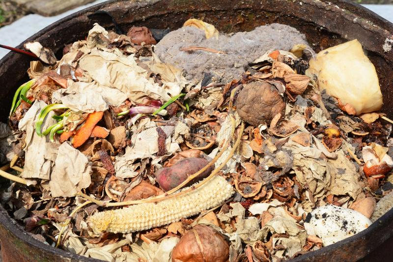 Recipiente di composta con i residui dell'alimento fotografie stock libere da diritti