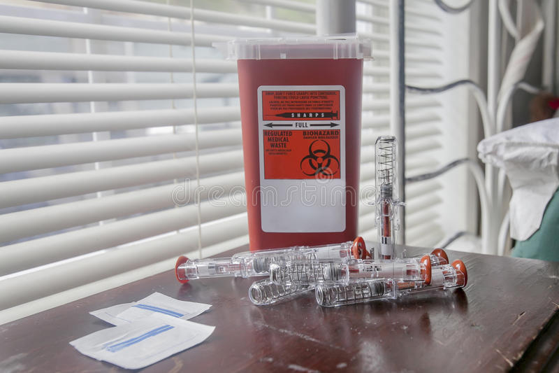 Recipiente do Biohazard com agulhas foto de stock