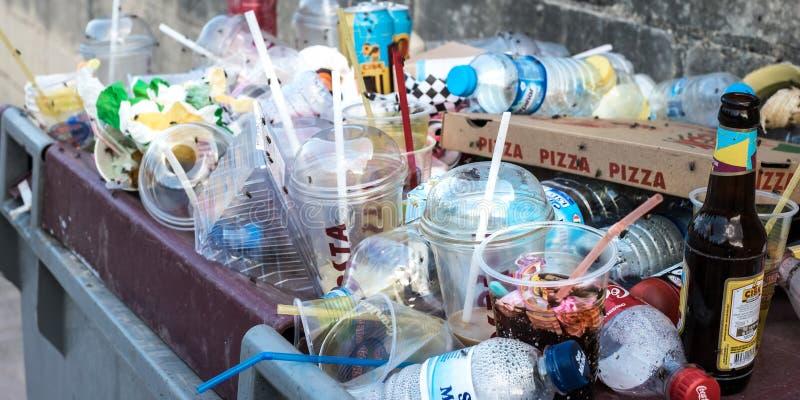 Recipiente enchido com o desperdício do lixo imagens de stock