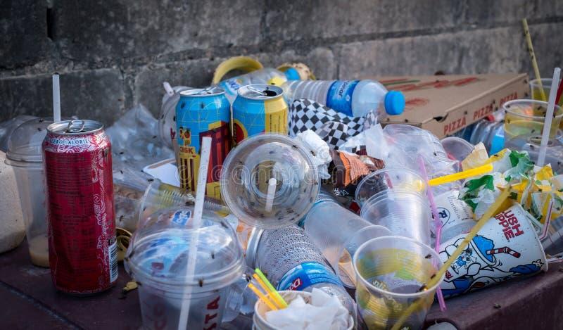 Recipiente enchido com o desperdício do lixo fotografia de stock