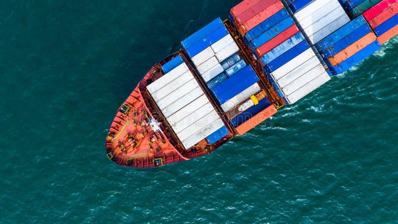 Recipiente levando do navio de recipiente da carga da vista aérea para a importação e a exportação, o negócio logístico e o trans fotografia de stock royalty free