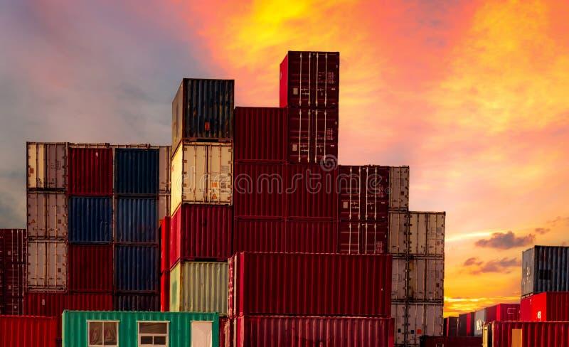 Recipiente log?stico Carga e negócio de transporte Navio de recipiente para a importação e a exportação logísticas Esta??o do fre imagens de stock royalty free