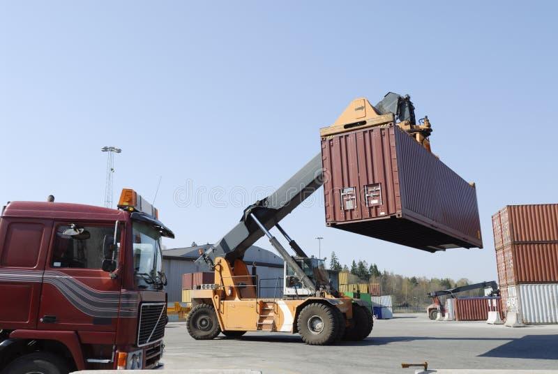 Recipiente movente do Forklift imagem de stock royalty free