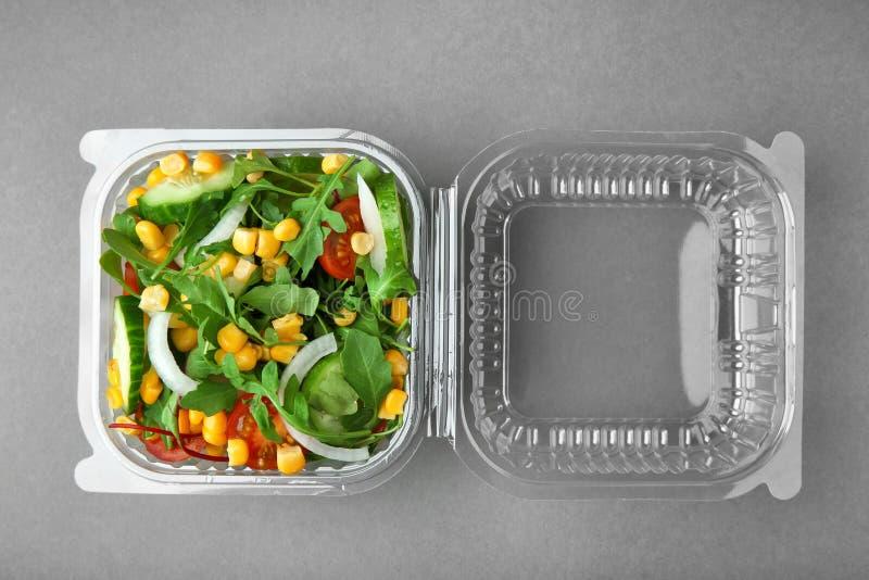 Recipiente plástico com salada fotografia de stock