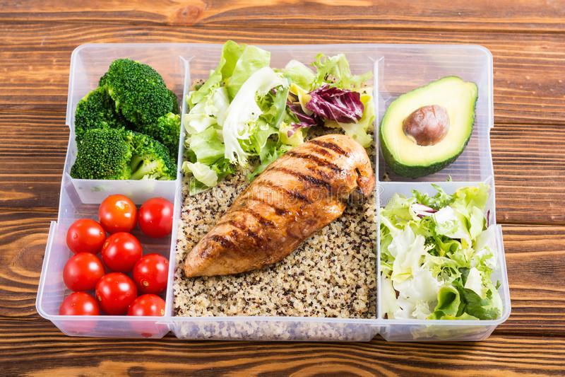 Recipiente plástico do alimento com almoço imagem de stock