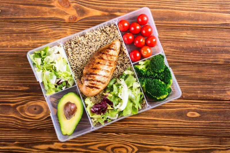 Recipiente plástico do alimento com almoço foto de stock