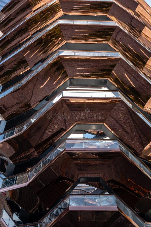 Recipiente Tramos de escalones, marcos de acero pintados, nueva señal en Hudson Yards, New York City - imagen imágenes de archivo libres de regalías