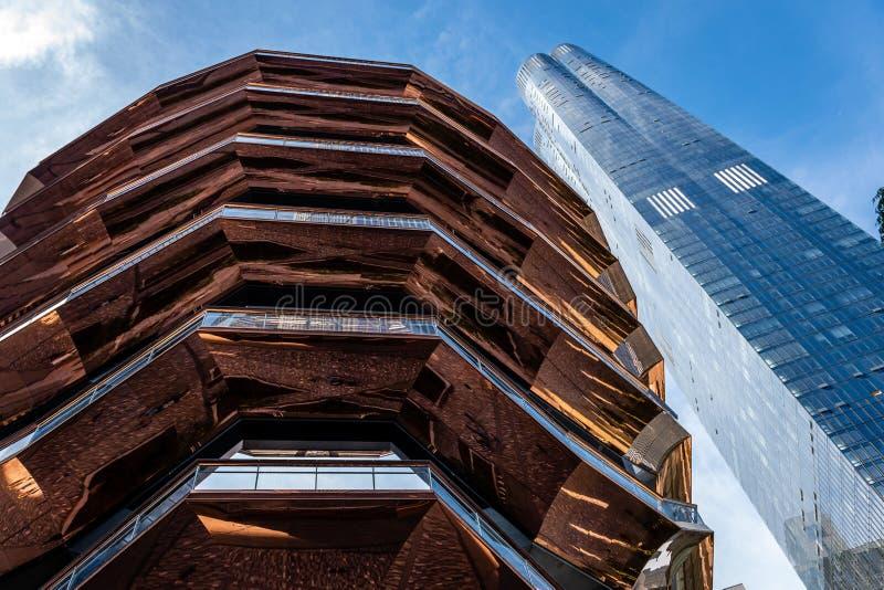 Recipiente Tramos de escalones, marcos de acero pintados, nueva señal en Hudson Yards, New York City - imagen fotografía de archivo