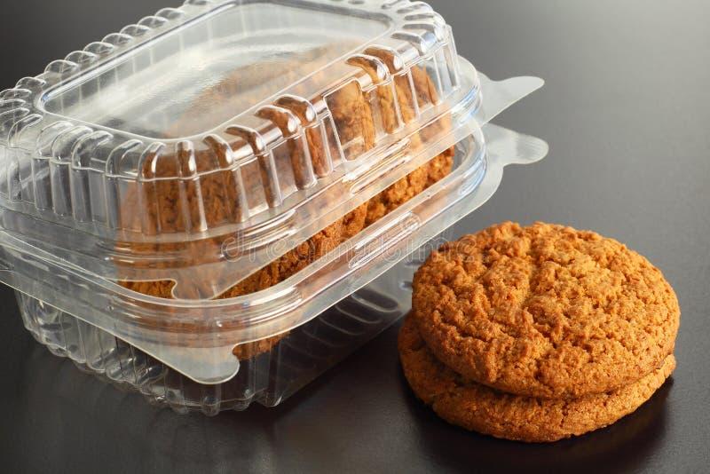 Recipiente transparente com cookies da aveia fotografia de stock royalty free