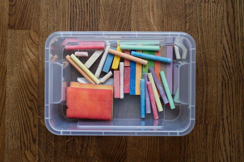 Recipiente transparente do brinquedo com as barras coloridas do giz de tiragem imagem de stock royalty free