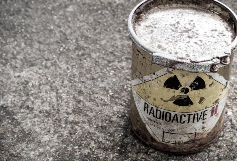 Recipiente velho da forma do cilindro do material radioativo fotografia de stock royalty free