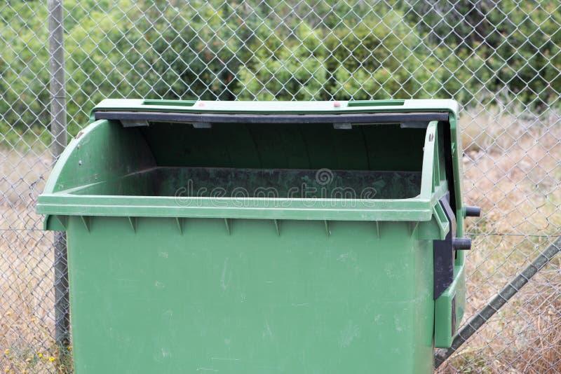 Recipiente verde aberto do lixo foto de stock royalty free