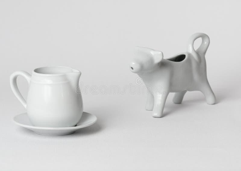 Recipientes brancos do leite do pequeno almoço fotografia de stock royalty free