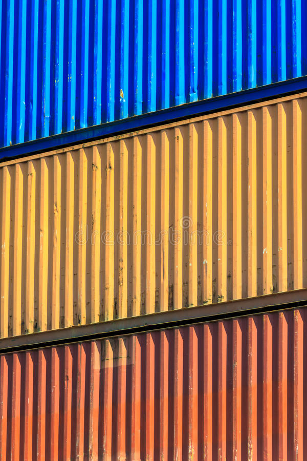 Recipientes coloridos empilhados no porto foto de stock