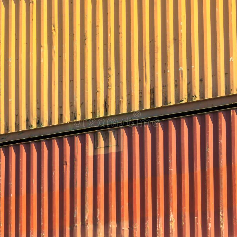 Recipientes coloridos empilhados no porto imagens de stock