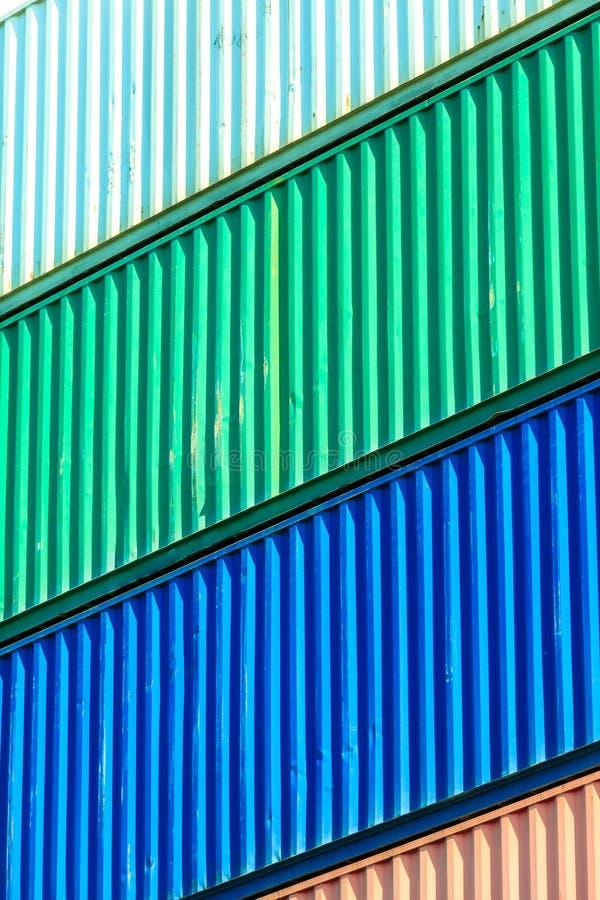 Recipientes coloridos empilhados no porto imagens de stock royalty free