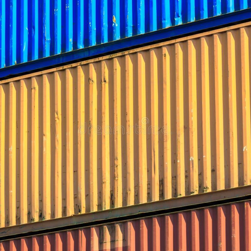 Recipientes coloridos empilhados no porto imagem de stock