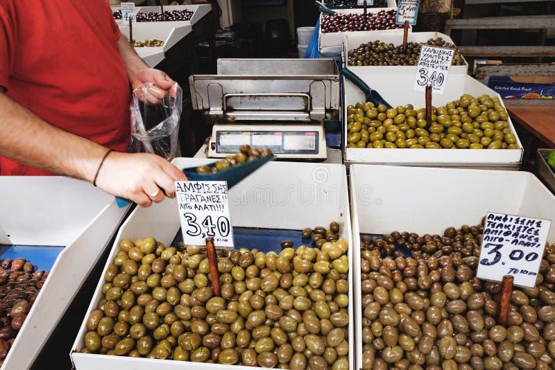 Recipientes com azeitonas verdes e o preço gregos imagens de stock royalty free
