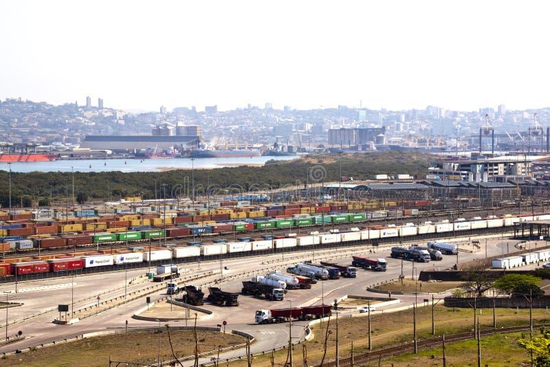 Recipientes contra a skyline do porto e da cidade de Durban imagens de stock
