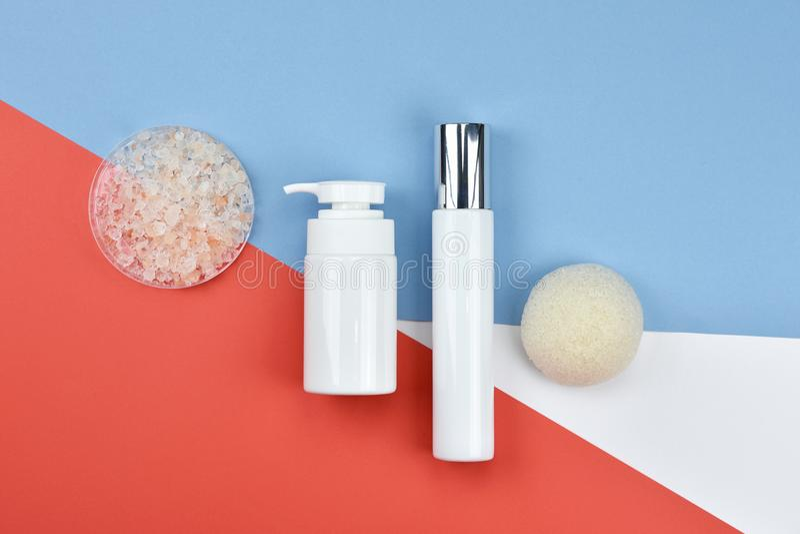 Recipientes cosméticos da garrafa, etiqueta vazia para o modelo de marcagem com ferro quente fotos de stock