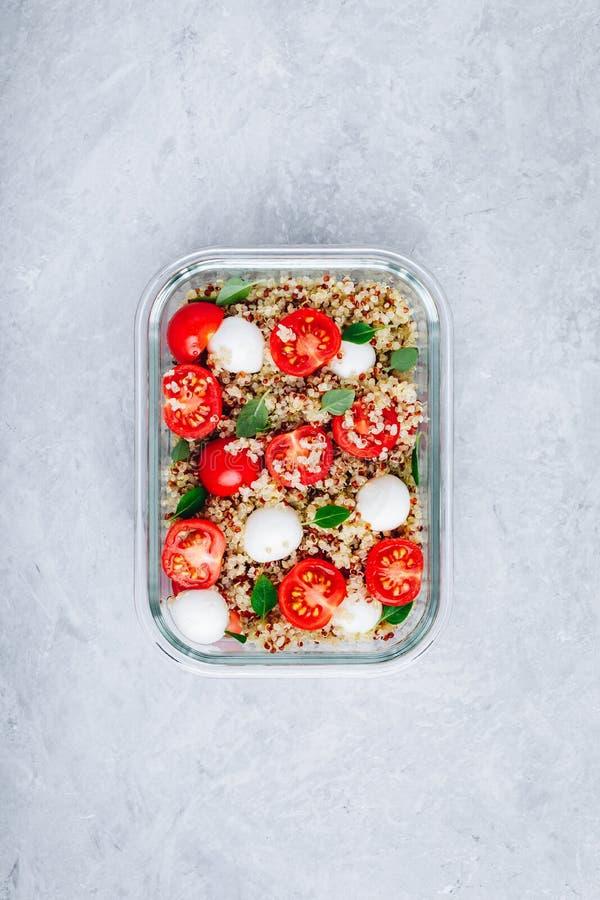 Recipientes da lancheira da prepara??o da refei??o do vegetariano com quinoa, mozzarella, tomates e manjeric?o fotografia de stock