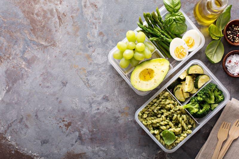 Recipientes da preparação da refeição do vegetariano com massa e vegetais fotografia de stock royalty free
