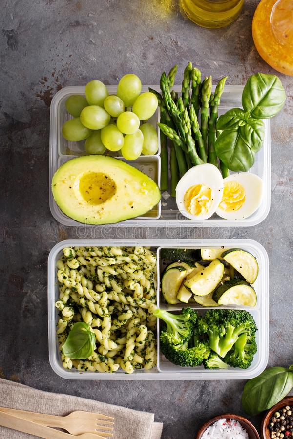 Recipientes da preparação da refeição do vegetariano com massa e vegetais imagem de stock