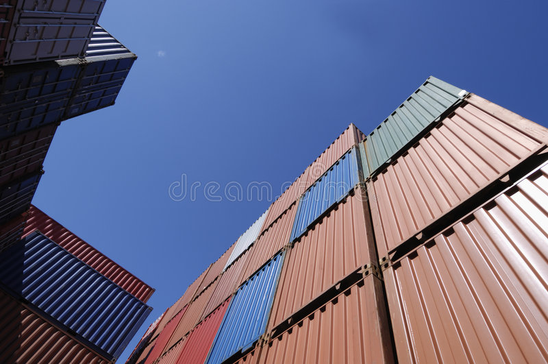 Recipientes de carga e céu azul imagens de stock royalty free