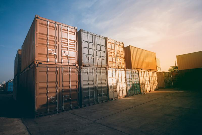 Recipientes de carga empilhados no porto Porto ou terminal do recipiente fotos de stock royalty free