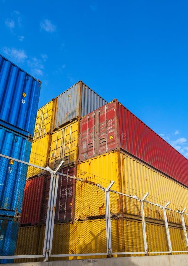 Recipientes de carga industriais coloridos Foto vertical fotografia de stock royalty free